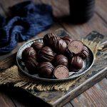 Čokoladne kuglice od slanutka i pečenih lješnjaka